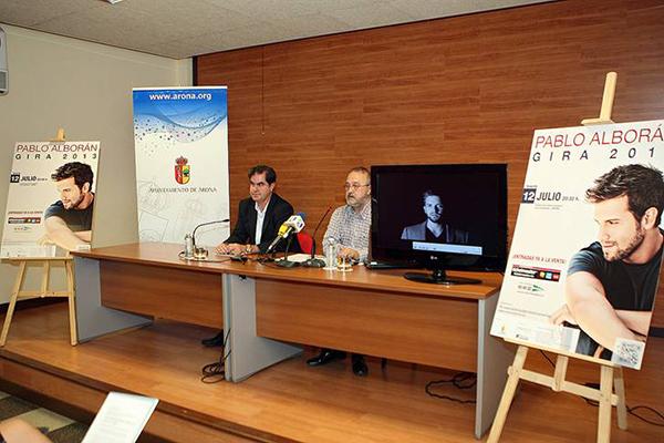 Rueda de prensa de la presentación oficial del concierto de Pablo Alborán en Tenerife. En la foto, el Alcalde de Arona, Francisco Niño, y el productor Martín Rivero.